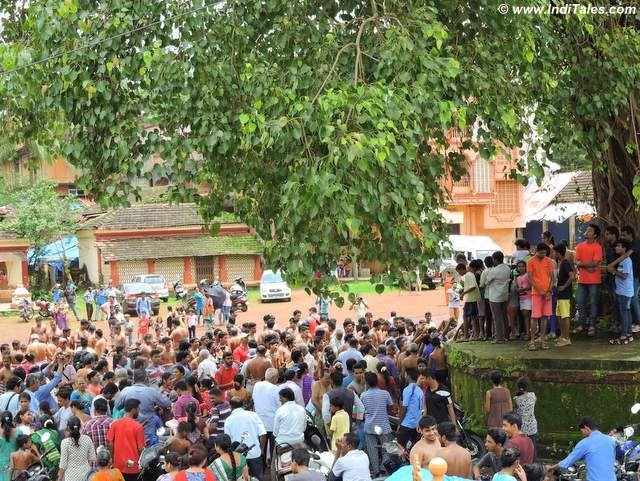 मिठाई बांटते ग्रामवासी - चिक्कल कालो