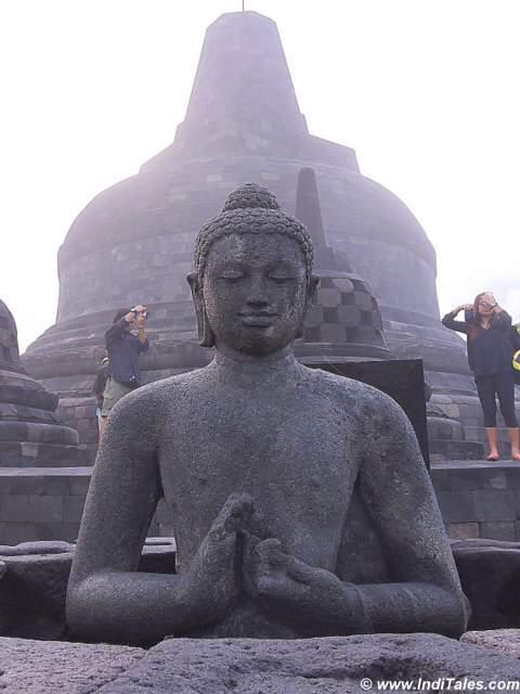 धर्म चक्र परिवर्तन मुद्रा में बुद्ध की प्रतिमा - बोरोबुदुर - जावा - इंडोनेशिया