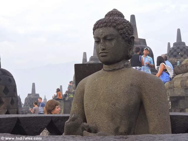 भगवान् बुद्ध - शांत मुद्रा में - बोरोबुदुर मंदिर - जावा - इंडोनेशिया