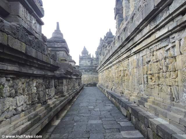 बोरोबुदुर की दीवारों पे बौद्ध कथाएं