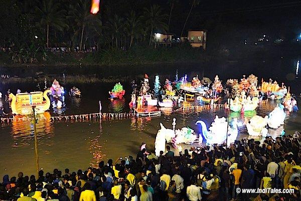 मध्य रात्रि नौका उत्सव देखने उमड़ा जन समूह