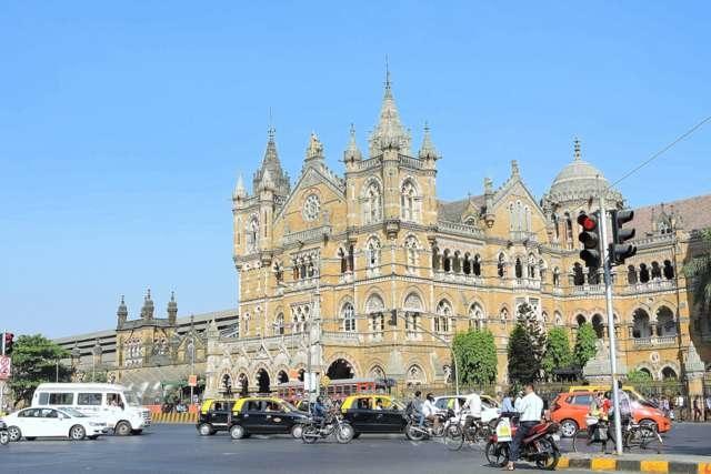 छत्रपति शिवाजी टर्मिनस मुंबई - सड़क पार से
