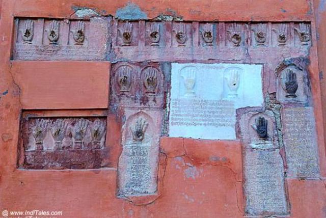जूनागढ़ के मुख्या द्वार पे सती के हस्त चिन्ह