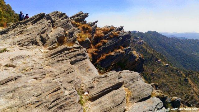 पहाड़ से लटकी हुई चट्टानें