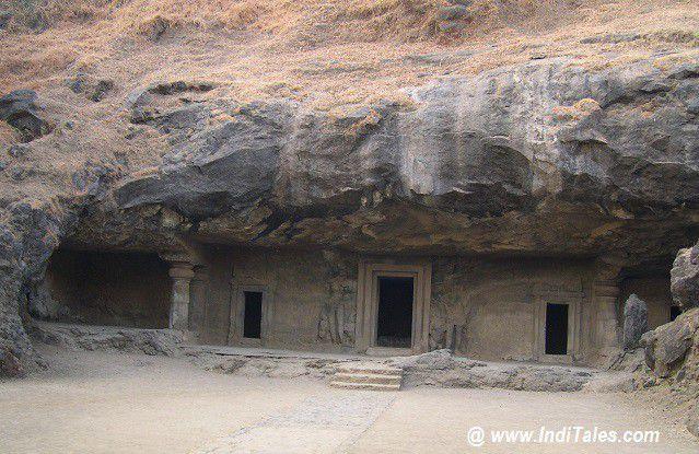 चट्टान काट कर बनायीं गयी एलिफेंटा गुफाएं