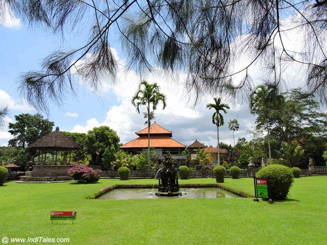 हरे भरे उपवन - पुरा तमन अयुन - बलि इंडोनेशिया