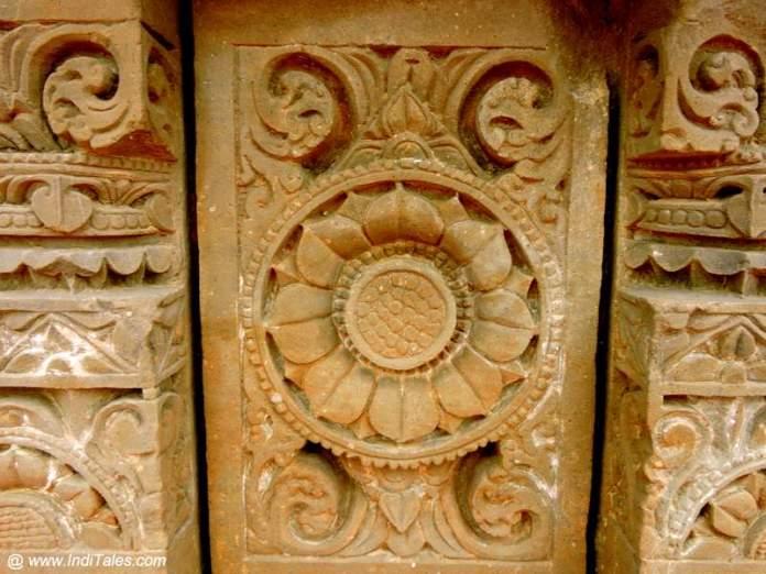 पत्थर पे सुर्यमुखी फूल - हरषत माता मंदिर
