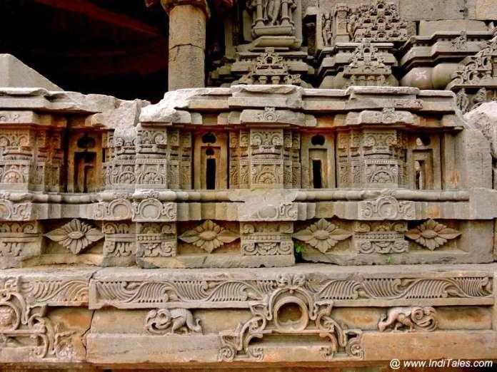 हरषत माता मंदिर की कलात्मक दीवारें