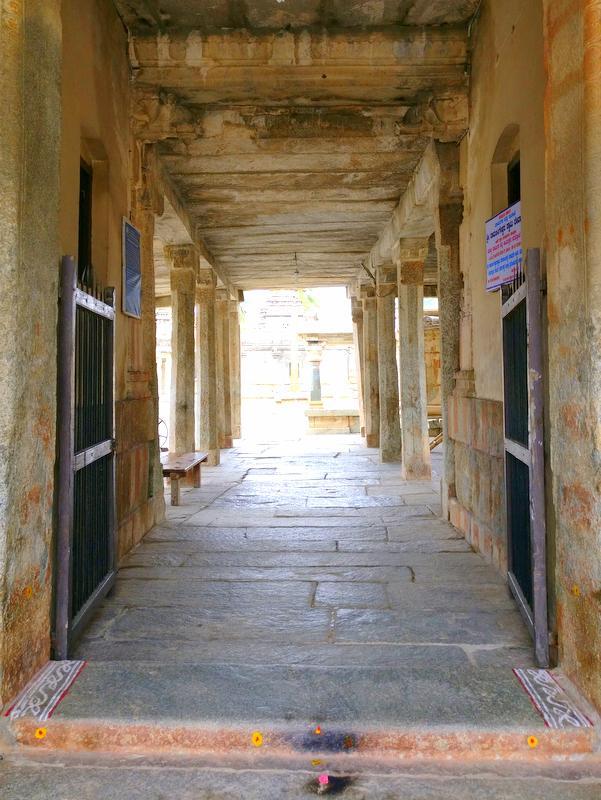 अवनी के रामलिंगेश्वर मंदिर समूह का प्रवेश