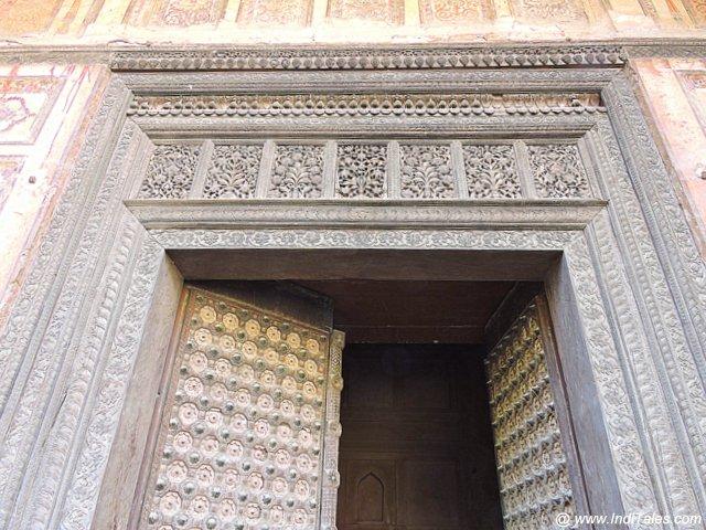 किला मुबारक का एक नक्काशी युक्त दरवाज़ा