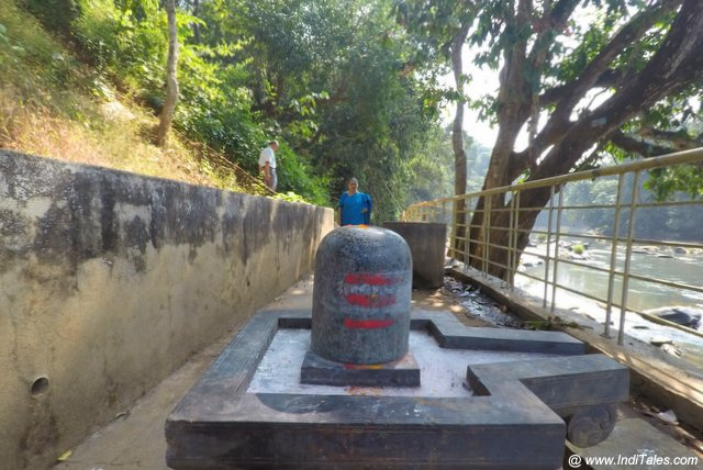 शाल्मला नदी के किनारे शिवलिंग