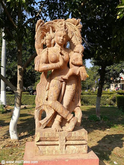 उड़िया शैली में देवकी कृष्ण की पाषाण प्रतिमा