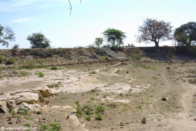 पीली मिट्टी लिए गोपी तालाब