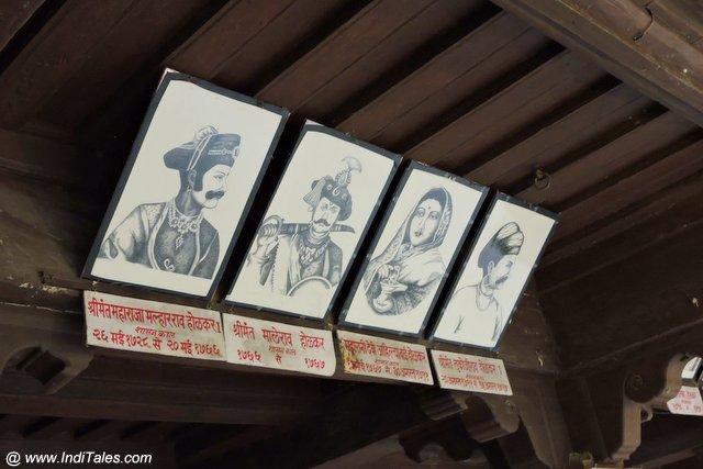 होलकर राज परिवार के छाया चित्र - महेश्वर रजवाड़े की दीवारों पर