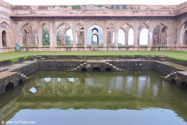 बाज़ बहादुर महल का जल ताल