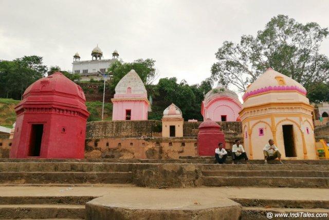 ताप्ती घाट पर छीटे छोटे शिव मंदिर