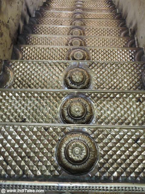 वरदराज प्रमुख मंदिर की स्वर्णिम सीढियां