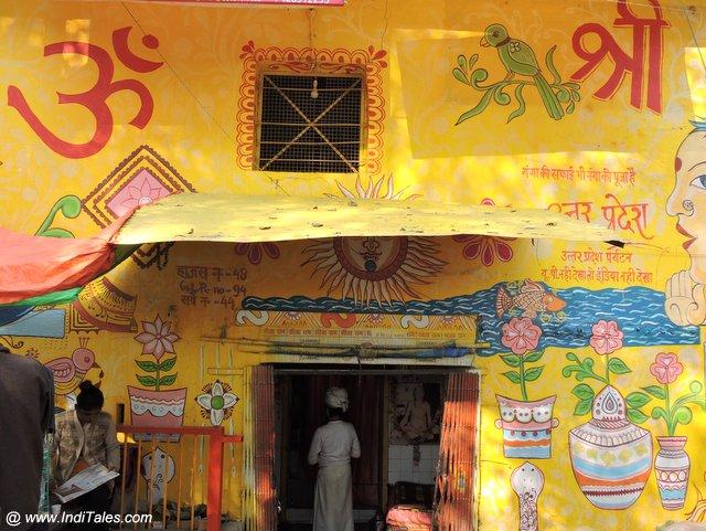 कुम्भ के आस पास के घर और मंदिर - यात्रियों का स्वागत करते