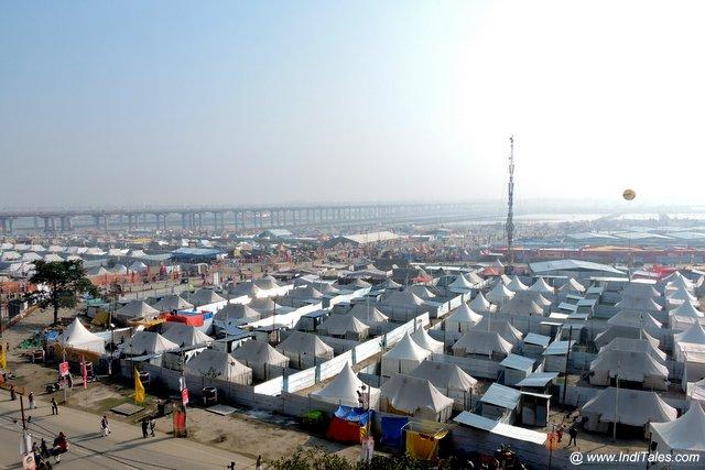त्रिवेणी के पास यात्रियों के तम्बू - कुम्भ मेला प्रयागराज
