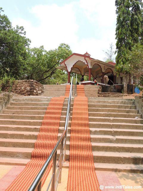 छोटी पहाड़ी पर स्थित देवी मंदिर