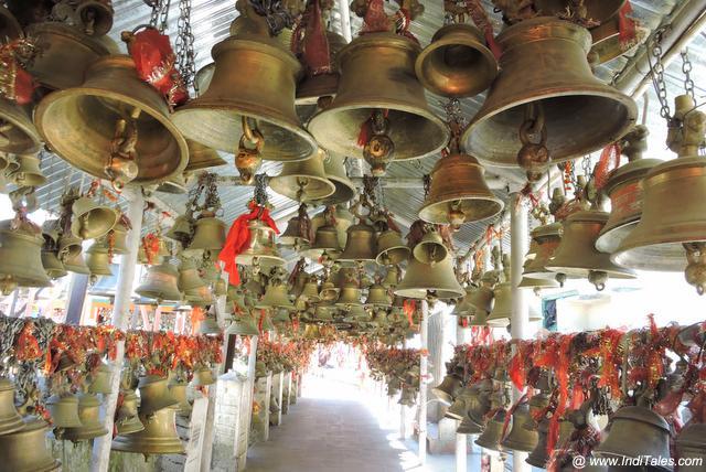 गोलू देवता के मंदिर में बंधी घंटियाँ