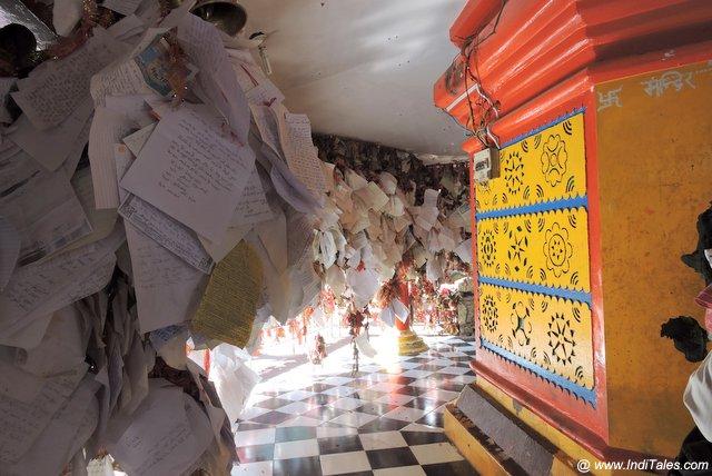 मंदिर में भक्तों के प्रार्थना पत्र