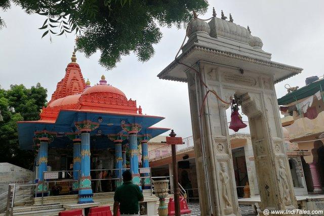 नीले केसरी रंग में ब्रह्मा मंदिर