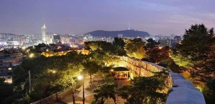 성곽길과 서울의 야경