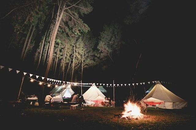 Suasana Glamourus Camping di Gunung Pancar. Indonesia Traveller Guide .