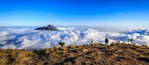 Pemandangan kabut awan puncak merbabu - indonesia traveller