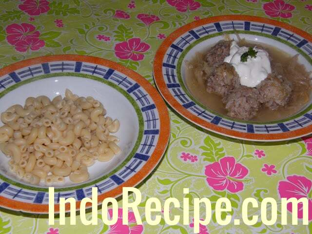 Kaposztaleves Husgomboccal (Meatballs and Sauerkraut Soup)