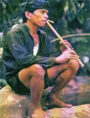 Orang Baduy memainkan suling sunda