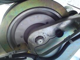 La bobine (en noir) mesure la vitesse d'un galet de télésiège équipé d'une couronne d'aimants.