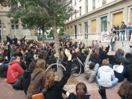 Students at Sciences-Po Lyon held a general assembly to determine whether or not to block their university building in coming days.
