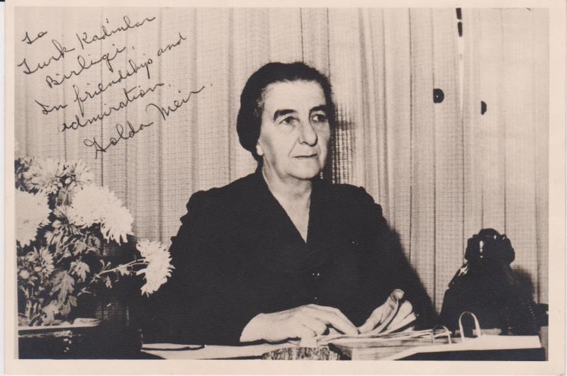 Golda Meir'in Lea Ojalvo'nun da mensubu olduğu Türk Kadınlar Birliği'ne imzalı fotoğrafı.jpg