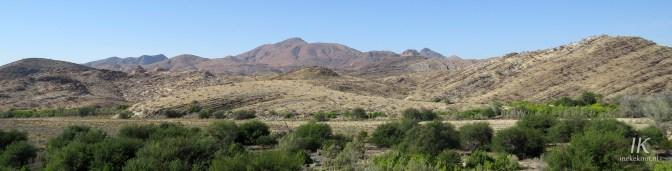 De bergen van Tsaobis Nature Park, met de Swakop rivier (inclusief de Shitty Woodland) ervoor
