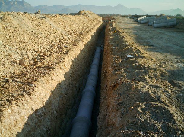 Construcción canalización de hormigón para red de saneamiento
