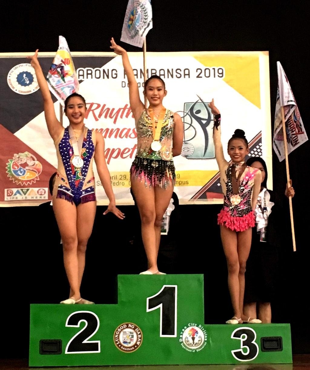 Marianne Alegado (center) of Cebu City