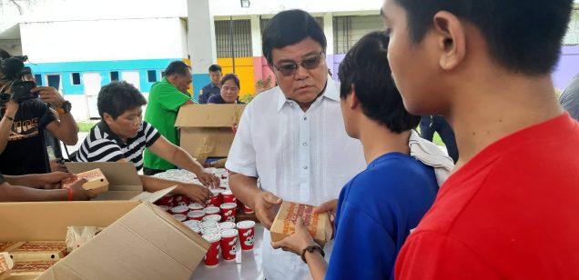 Si Cebu City Mayor Edgardo Labella nga mihatag ug packed lunch sa mga Operation Second Chance residents