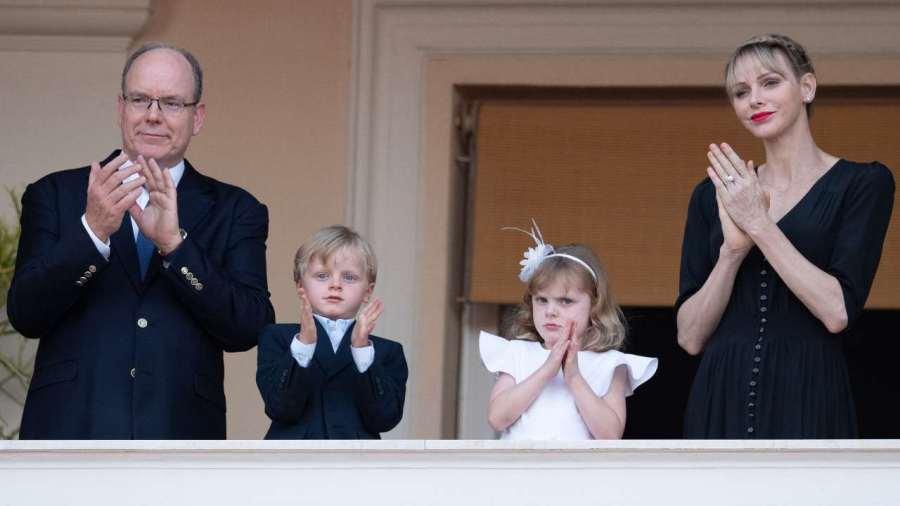 La principessa Charlene ed il principe Alberto II di Monaco salutano i sudditi. 23 giugno 2020 (foto di PLS Pool/Getty Images).