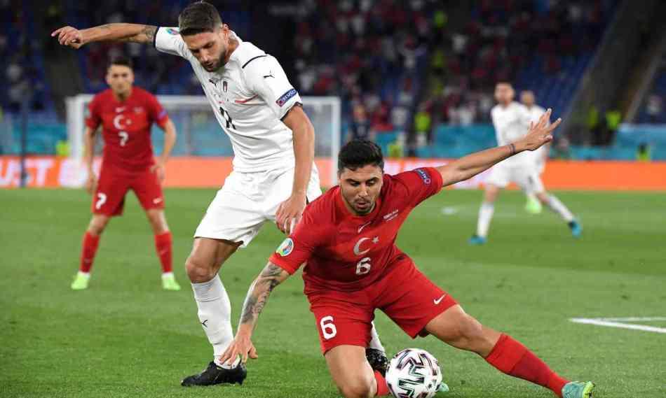 Da sinistra: Domenico Berardi in pressing su Ozan Tufan della Turchia. Euro 2020, 11 giugno 2021 (foto di Alberto Lingria - Pool/Getty Images).