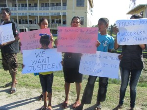 Rahim's wife and children on the protest line today, Monday December 01 outside the Police Commissioner's Office. [iNews'  Photo]
