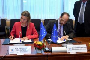 Federica Mogherini and Irwin LaRocque sign the agreement
