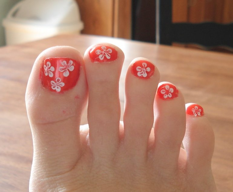 painted-toes-with-flowers