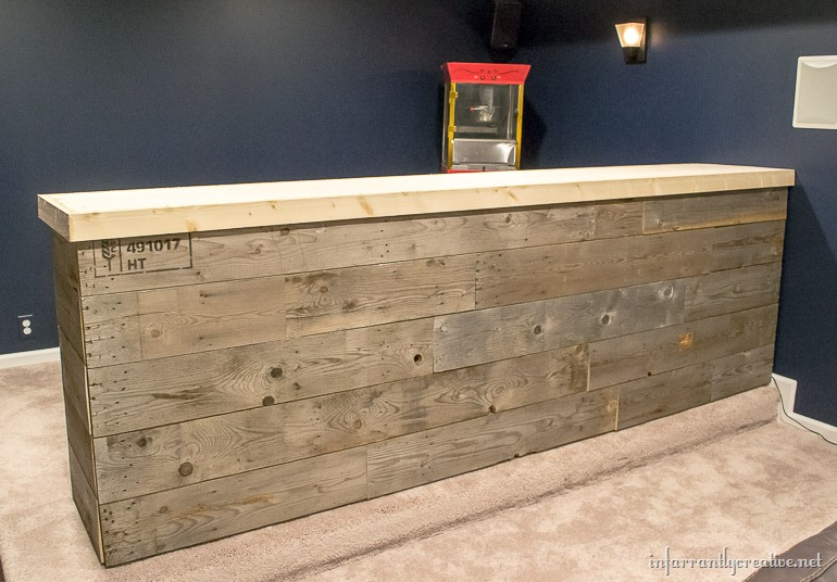 Man cave wood pallet bar free diy plans infarrantly for Basement bar dimensions plans