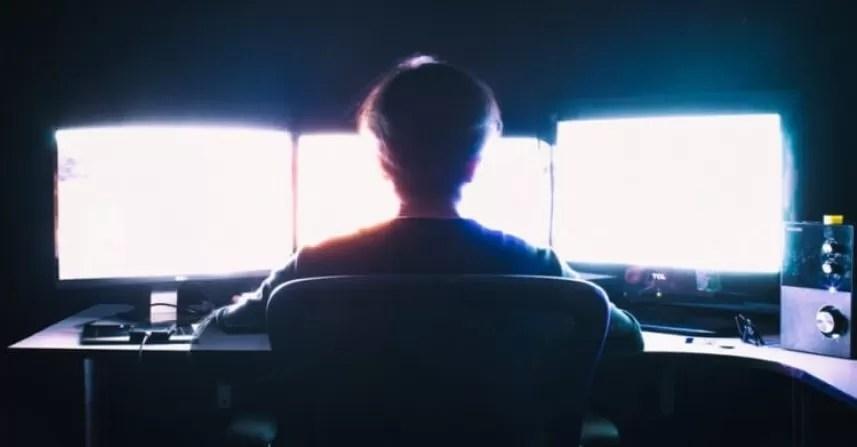 hacker davanti a computer