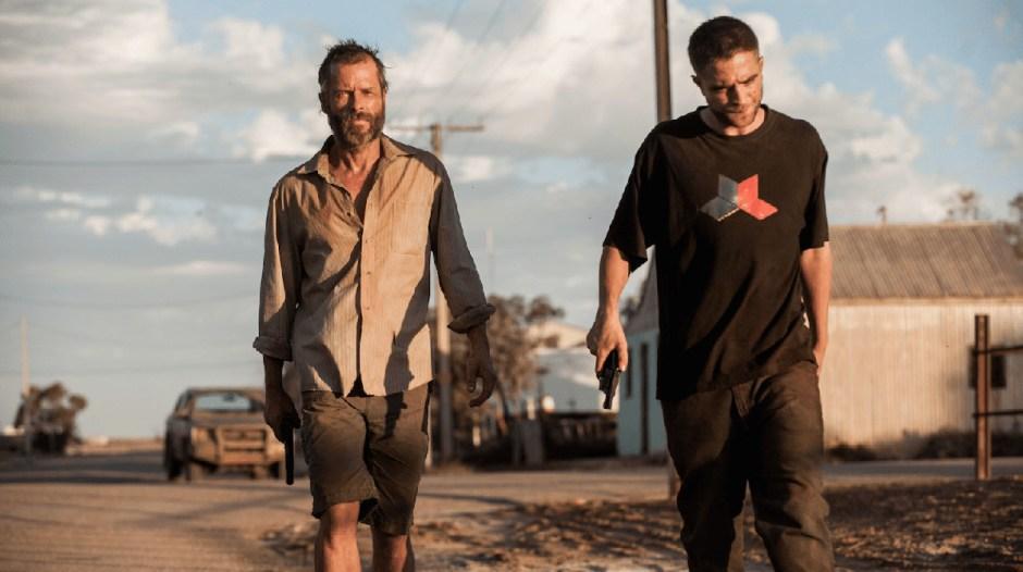 3. The Rover - A Caçada (The Rover, 2014) Em uma Austrália arrasada por um colapso econômico global, um homem (Guy Pearce) que aparentemente não tem mais nada a perder vai em busca dos bandidos que roubaram seu carro, acompanhado pelo irmão (Robert Pattinson) de um dos ladrões.