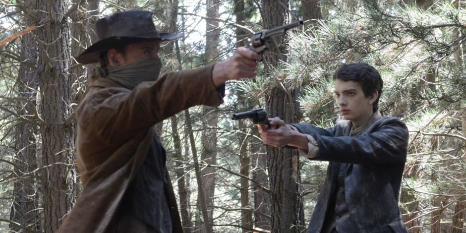 8. A Caminho do Oeste (Slow West, 2015) Um jovem escocês (Kodi Smit-McPhee) atravessa o oeste americano em busca da garota que ama, e é acompanhado por um bem-humorado fora-da-lei (Michael Fassbender).