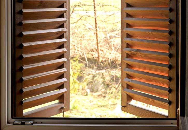 Persiane in legno in una casa in provincia di Milano