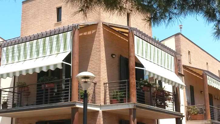 Tende da sole a caduta in un condominio in provincia di Milano